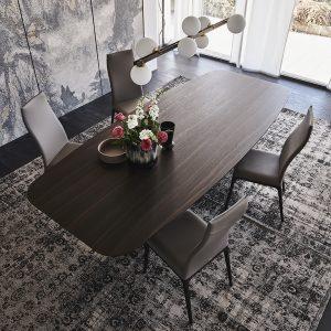 Dřevěný jídelní stůl