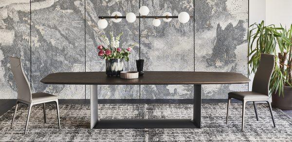 Dřefěný jídelní stůl
